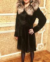Шуба мутон с мехом чернобурки на капюшоне и вставками козы