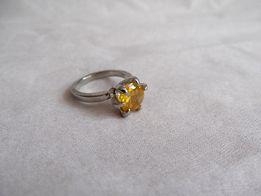 Pierścionek w kolorze złotym z żółtym oczkiem