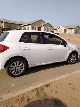 White Toyota auris in great condition