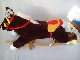 Koń na biegunach z dźwiękiem