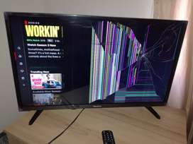 """Cracked led 32"""" smart tv for only R450"""
