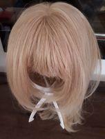 Peruka blond z jaśniejszymi pasemkami