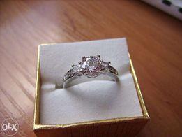 niesamowity pierścionek cyrkonie