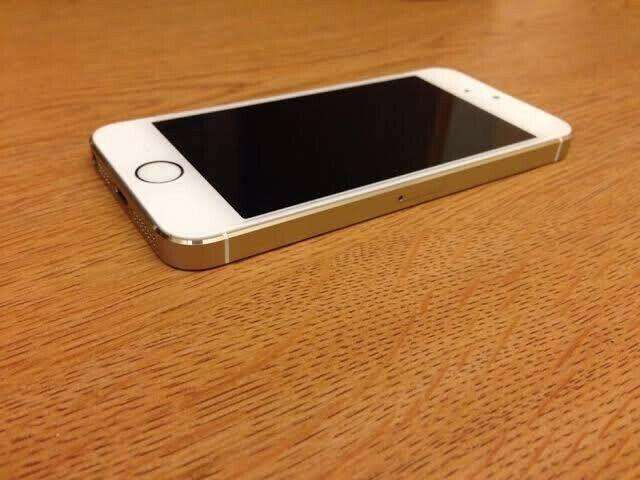 Gold iPhone 5s, not a single scratch on it, practically brand new 0