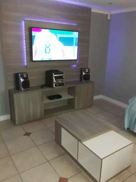 Freestanding TV unit in cascade and super white with coffee table