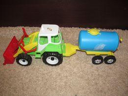 трактор Ореон с прицепом бочкой