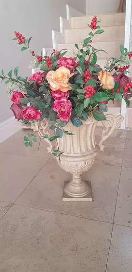 Cast ieon Decor pot with artificial flowers