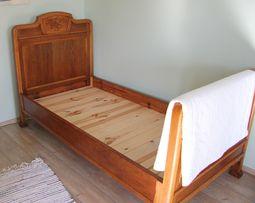 Stare drewniane łóżko po generalnej renowacji