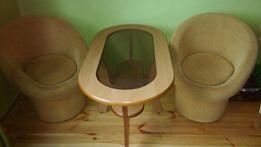 Stolik, dwa fotele