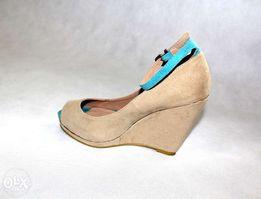 Sandałki na koturnie włoskie beżowe zamszowe Rozm. 38