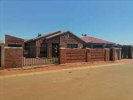 3 Bedroom house available for rental in PHUMULA, Mapleton ext10..