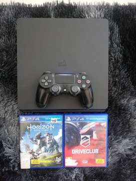 PS4 500GB Slim - 1 Controller and 2 Games