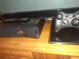 Xbox 360 4GB + 320GB hard drive + 1 controller + 1 remote + 1 Game