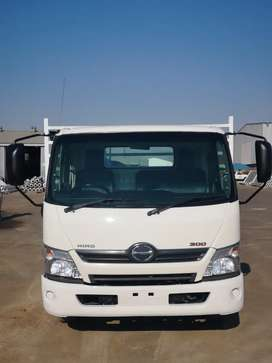 2015 Hino 915 with dropside