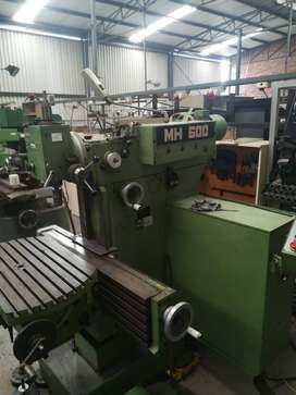 Maho 600 manual milling machine. Tools included.