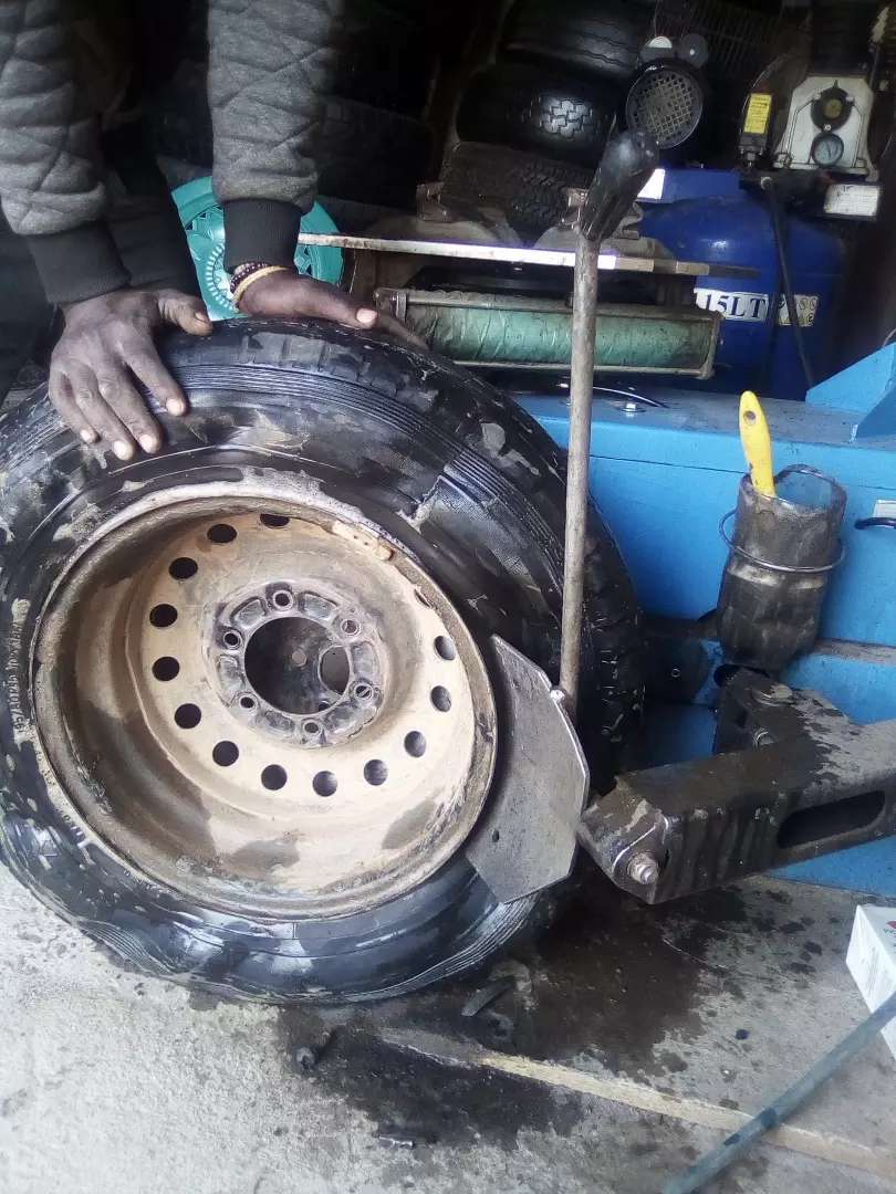 Shop for tyres and changing machine 0