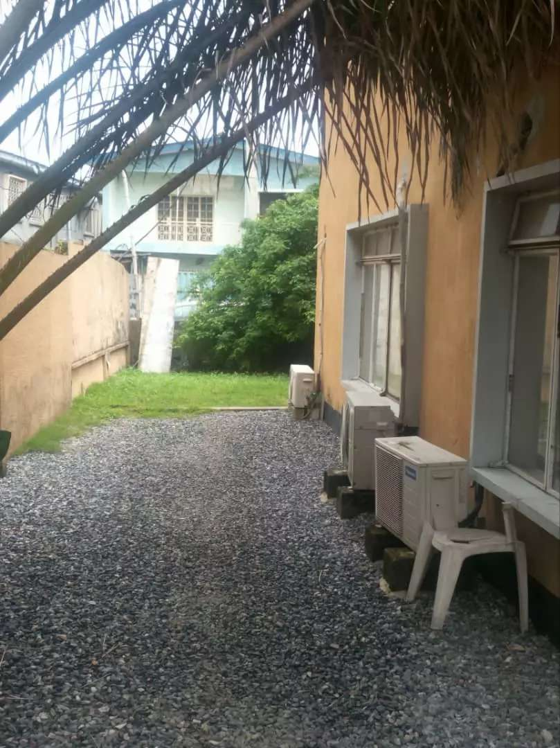 An old 4 bedroom fully detached duplex for sale in Lagos 0