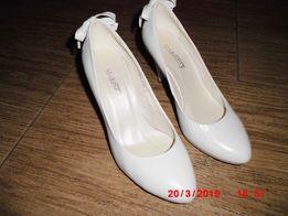 продам свадебние белие туфли кожание