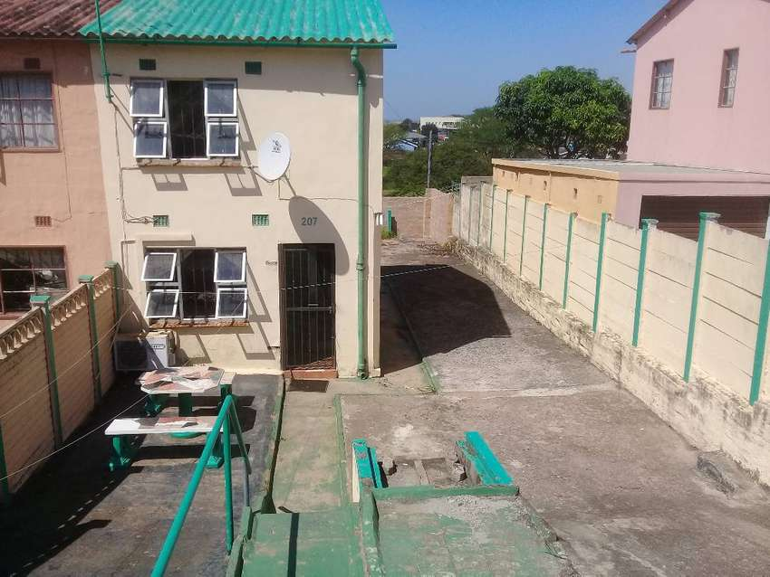 Main Building For Rent In Chatsworth unit 9. 927 -2 Bedroom -Kitchen & 0