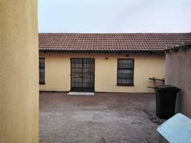 Cottage to rent in protea south