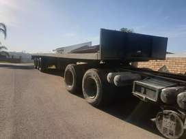 Triaxle flat deck trailer
