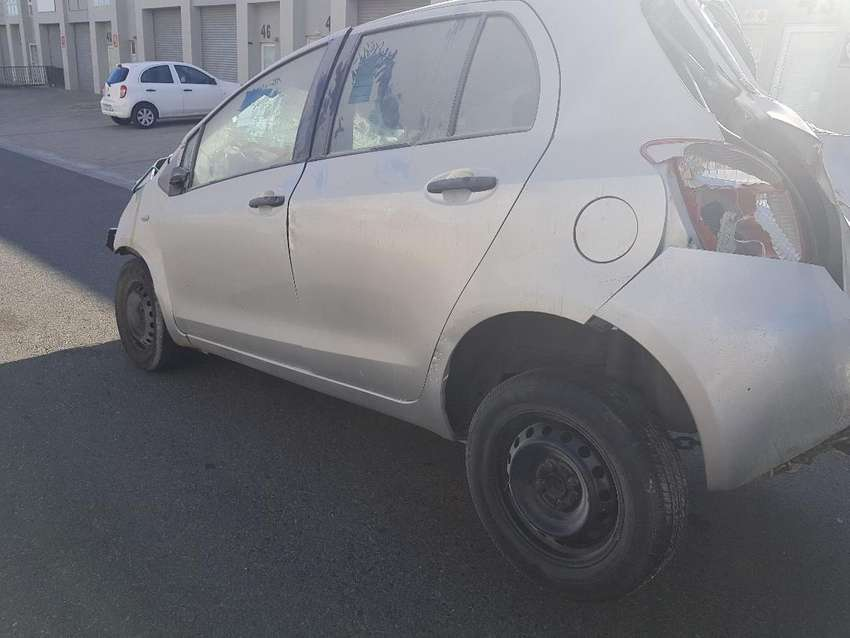 2006 TOYOTA YARIS 1.3i STRIPPING FOR SPARES 0