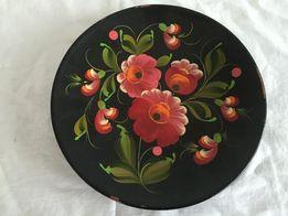 Drewniany talerz ozdobny czarny zdobiony w kwiaty