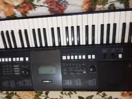 Yamaha psre423 keyboard with powers supply