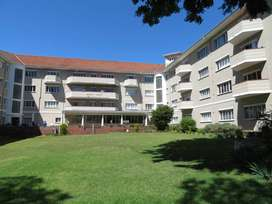 Spacious 3-bedroom flat with garage in Rondebosch