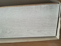 Niecałe opakowanie paneli, pianka polietylenowa, tapety i folia