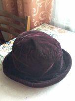 Шляпа плюшевая черного цвета с лиловым отливом.