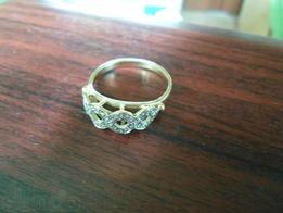 Продам золотое кольцо с бриллиантами