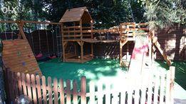 Plac zabaw drewniany mostek scianka wspinaczkowa
