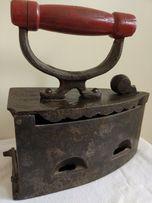Duże stare masywne żelazko ciężkie z drewnianą rączką