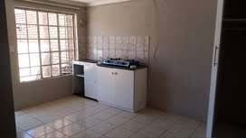 Cottage (small bachelor unit) available immediately in claremont R2800
