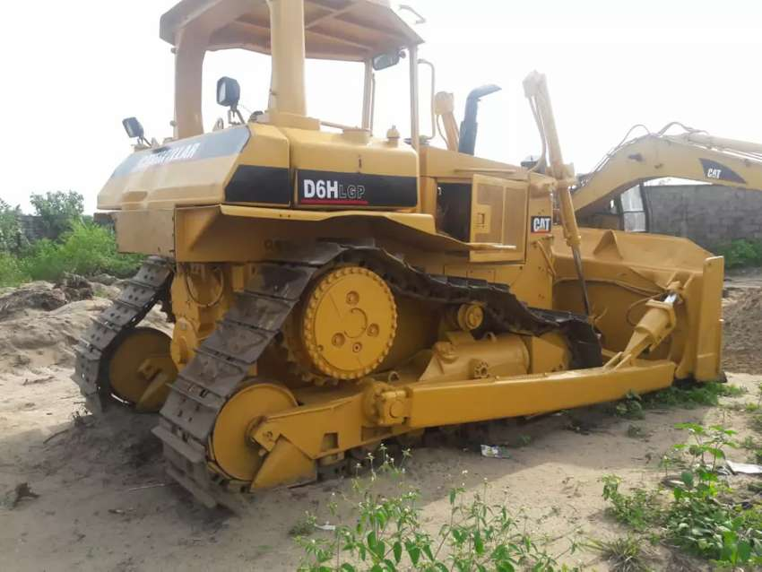 Big Strong and Reliable D6H Cat Buldozer 0