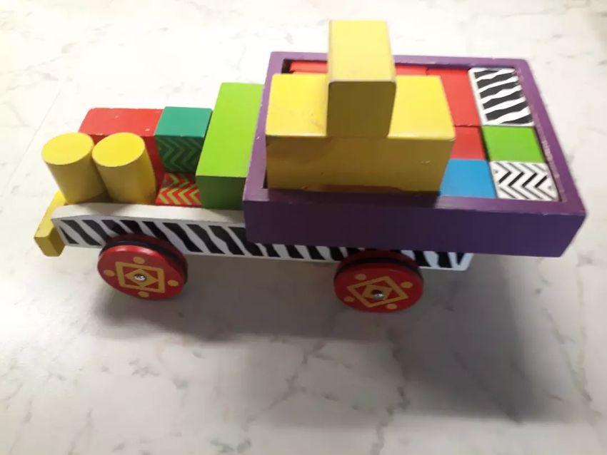 Lesene kocke v avtu za sestavljanje 0