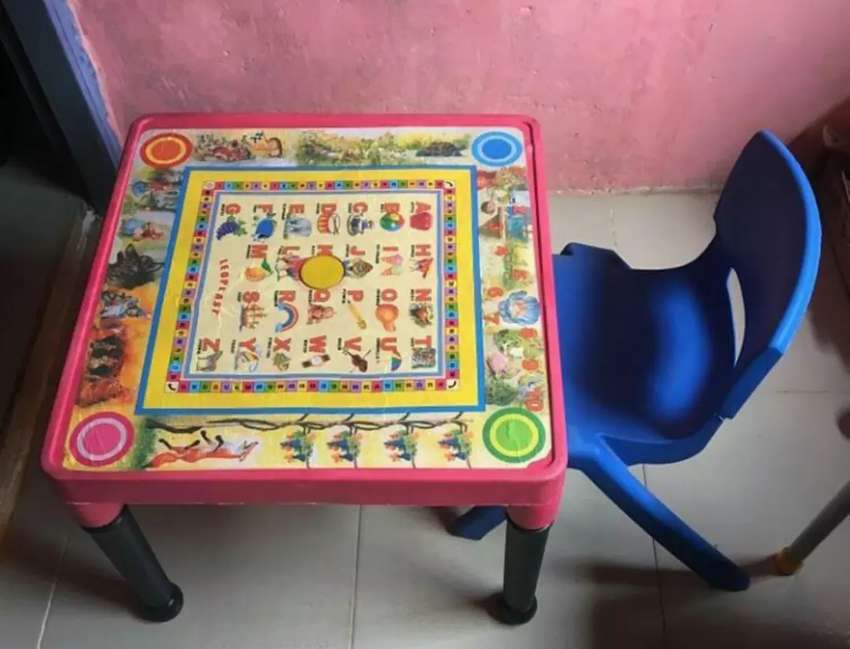 Kid's table and chair 0