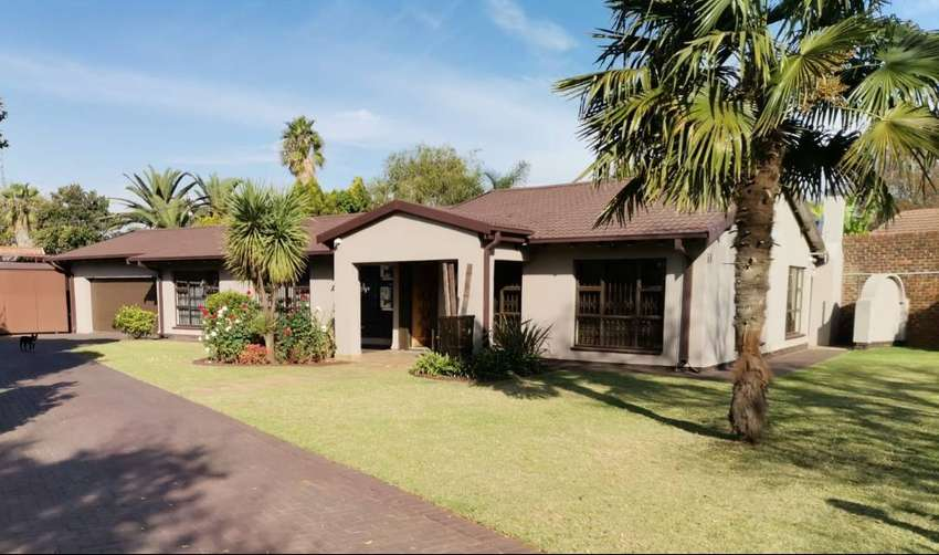 Immaculate Family home in Arcon Park  with sparkling pool!!!