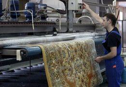 Цех по чистке ковровых покрытий и ковров на фабрике химчистки