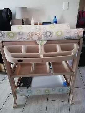 I'm selling a Chalino bathing & changing station for R1500