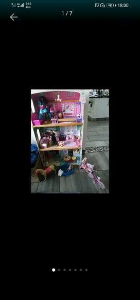 Dollhouse beautiful plus furniture absolutely great condition still