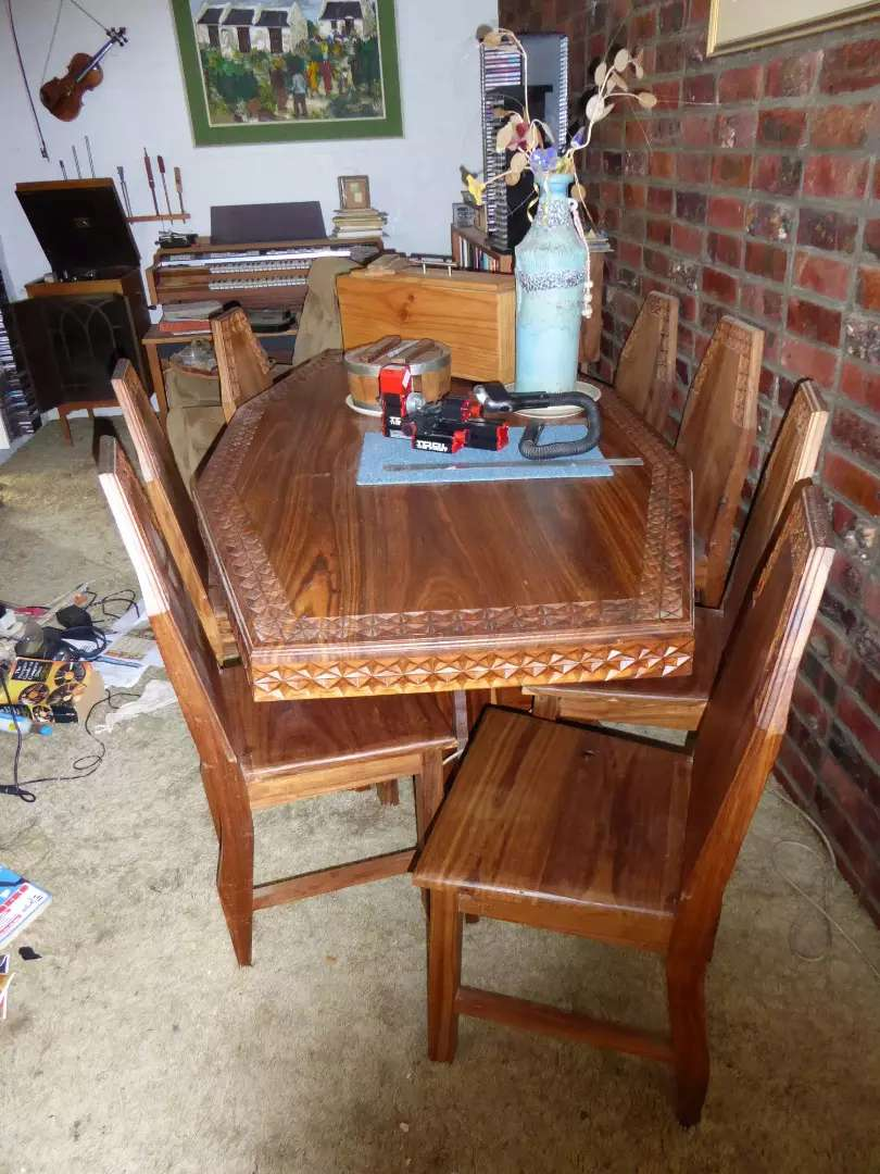 Diningroom table and 8 chairs 0