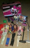 Куклы Monster High и аксуссуары:подставки, расчёски, чемодан, сундук.
