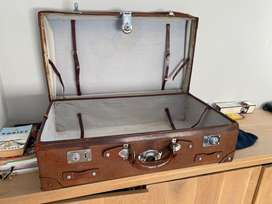 Antique leather travelling suitcase XL