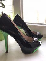 Лаковые туфли с зелёным каблуком