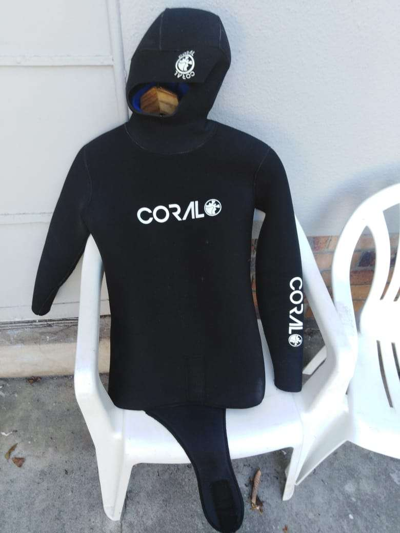 hi im selling a 7ml diving suit with 4kg diving weights for only R2000 0