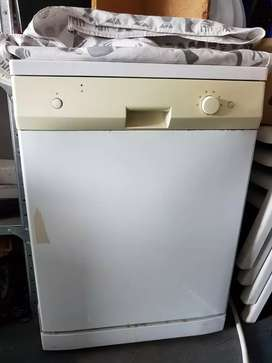 Whirlpool 12plc dishwasher. Good all round condition.