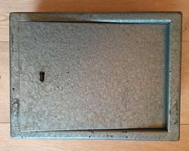 Wall mounted safe