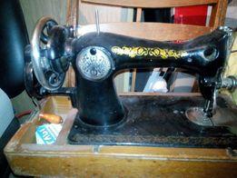 швейная машина в деревянном футляре